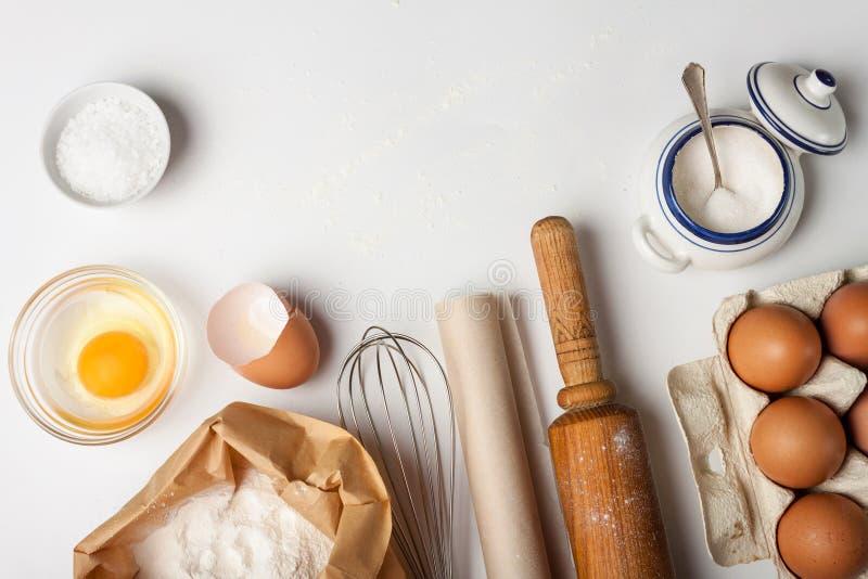 Keukengereedschap en ingredi?nten voor cake of koekjes stock fotografie