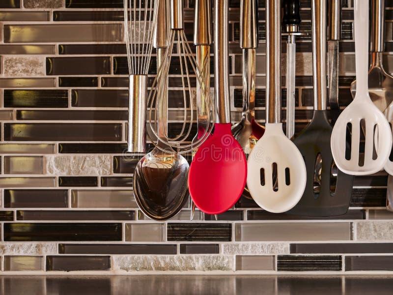 Keukengereedschap voor het dienen, het koken en het bakken wordt gebruikt die royalty-vrije stock afbeeldingen