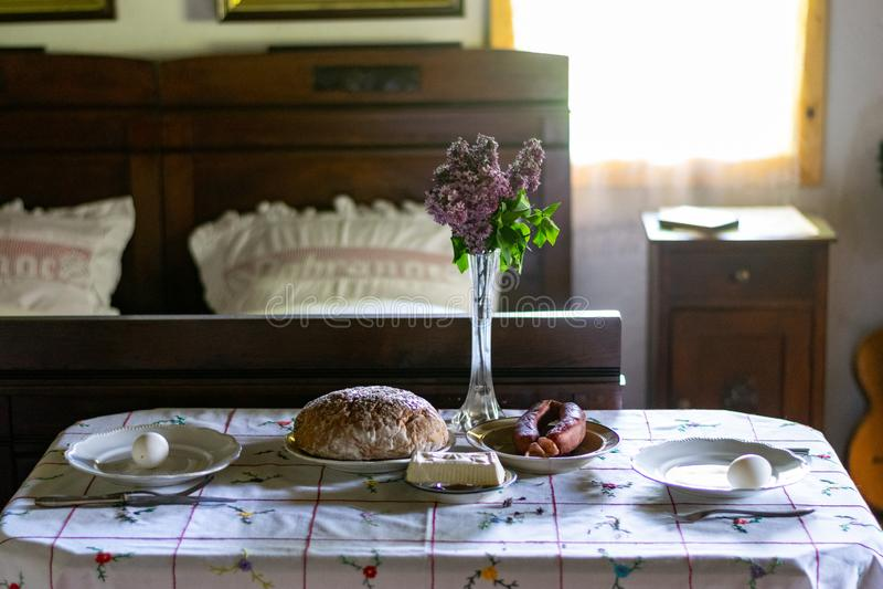 Keukengerei binnen oud traditioneel landelijk blokhuis royalty-vrije stock foto's
