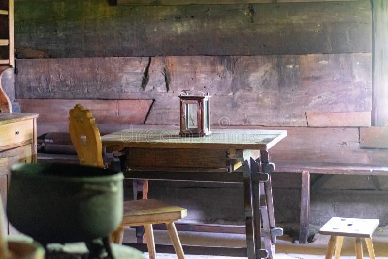 Keukengerei binnen oud traditioneel landelijk blokhuis royalty-vrije stock afbeeldingen