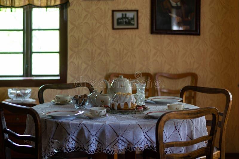 Keukengerei binnen oud traditioneel landelijk blokhuis stock foto