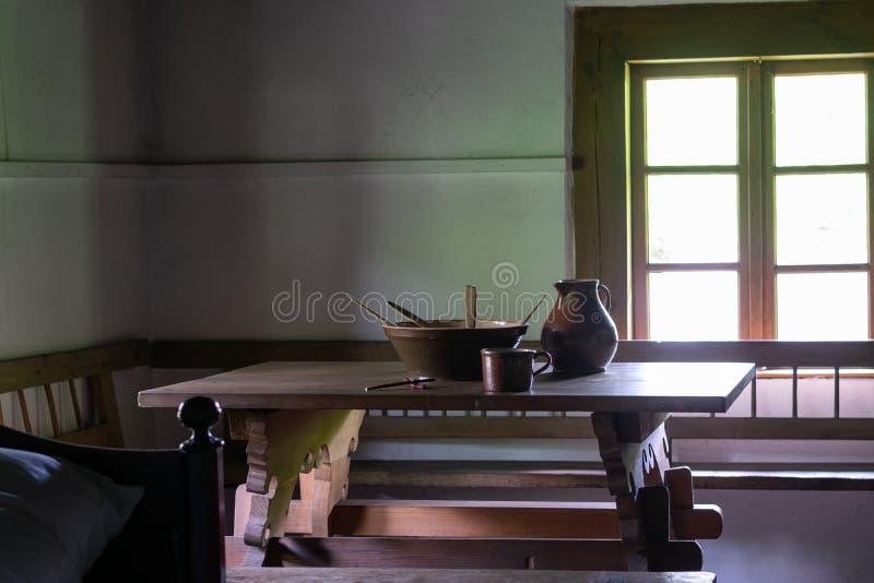 Keukengerei binnen oud traditioneel landelijk blokhuis stock afbeelding