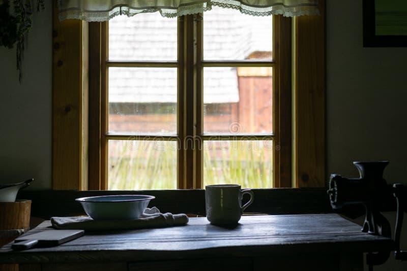 Keukengerei binnen oud traditioneel landelijk blokhuis stock afbeeldingen