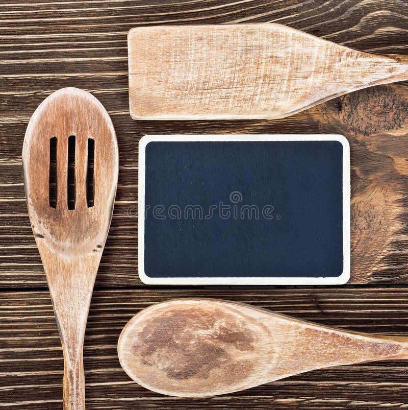 Keukengerei en een bord om een recept te schrijven royalty-vrije stock fotografie