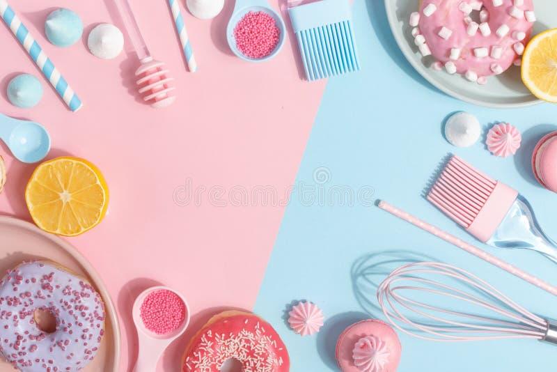 Keukengerei en hulpmiddelen, gebakjes en snoepjes op een roze en blauwe achtergrond Hoogste mening De ruimte van het exemplaar royalty-vrije stock fotografie