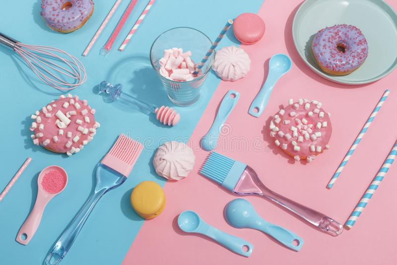 Keukengerei en hulpmiddelen, gebakjes en snoepjes op een roze en blauwe achtergrond Hoogste mening De ruimte van het exemplaar royalty-vrije stock foto