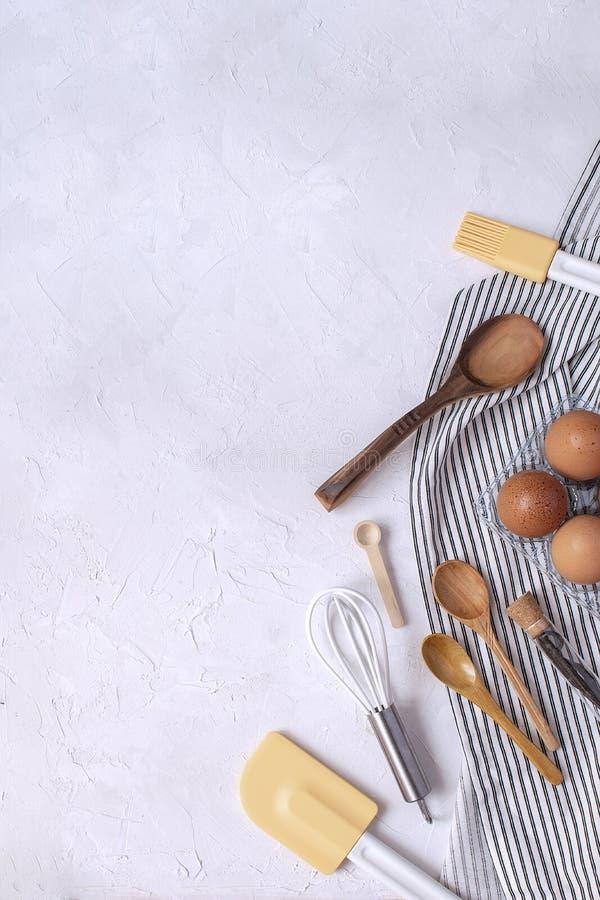 Keukengerei en ingrediënten voor baksel - zwaai, houten spoo stock fotografie