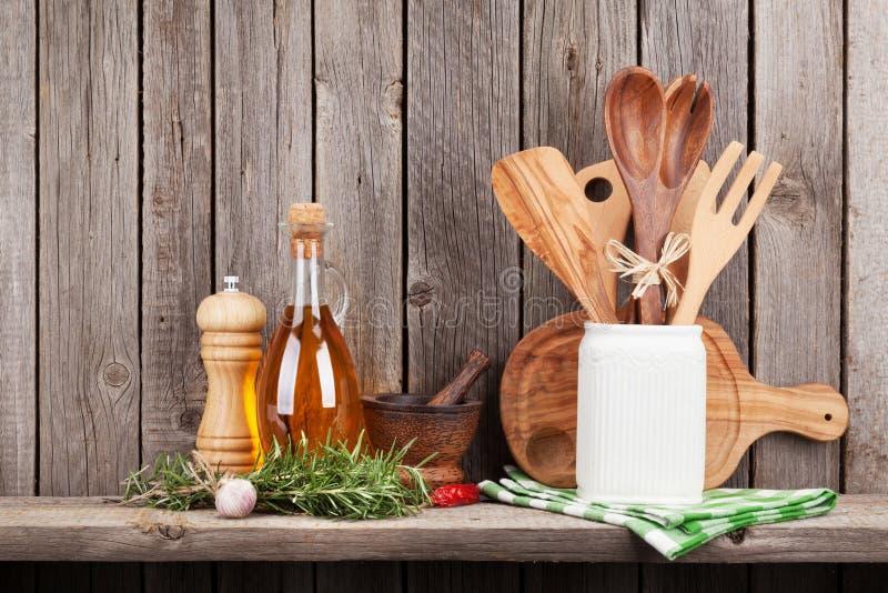 Keukengerei, kruiden en kruiden op plank royalty-vrije stock afbeelding