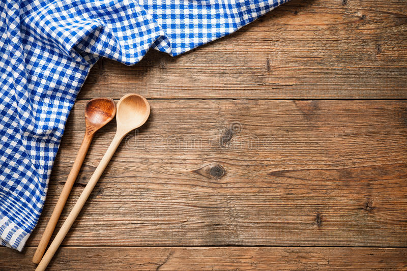 Keukengerei op houten lijst stock afbeeldingen