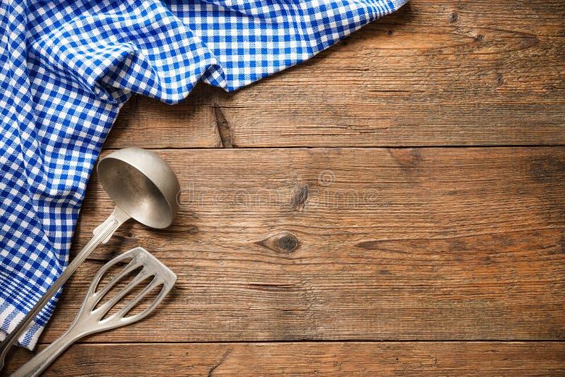 Keukengerei op houten lijst stock foto