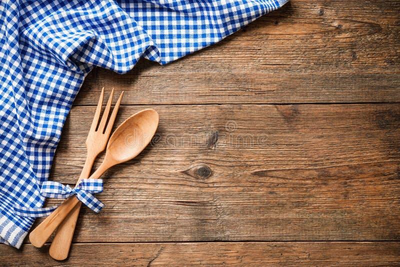 Keukengerei op houten lijst royalty-vrije stock foto's