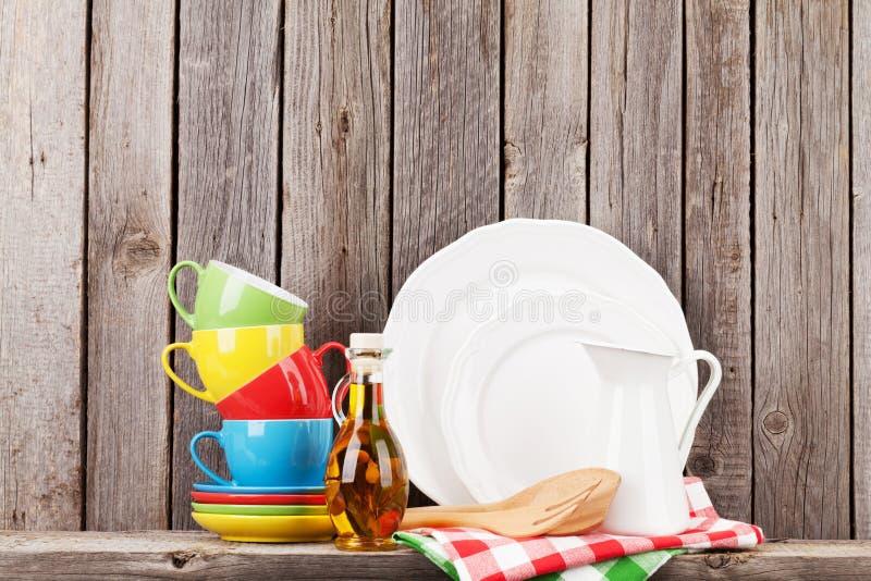 Keukengerei op plank royalty-vrije stock afbeeldingen
