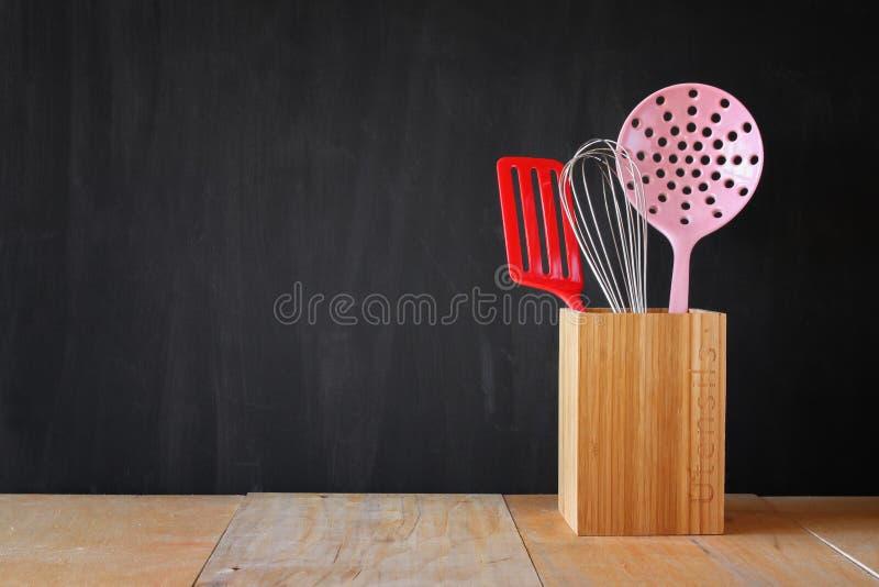 Keukengerei over houten geweven achtergrond royalty-vrije stock afbeeldingen