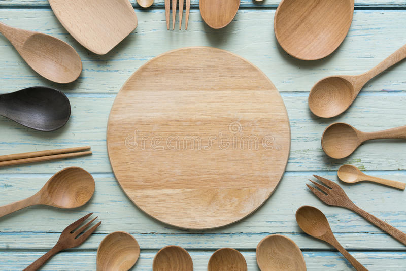 Keukengerei voor het koken op de houten lijst stock foto