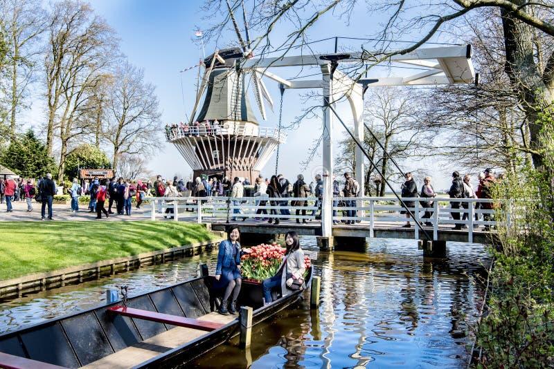 Keukenhof-Garten mit Windmühle, Brücke und Boot stockbild