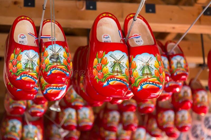 Keukenhof Lisse, los Países Bajos - mayo de 2018: Zapatos de madera rojos en venta en una tienda al por menor holandesa Los estor foto de archivo libre de regalías