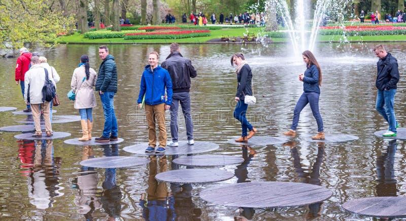 KEUKENHOF, NEDERLAND - 26 APRIL, 2015: De toeristen bezoeken famo royalty-vrije stock afbeelding