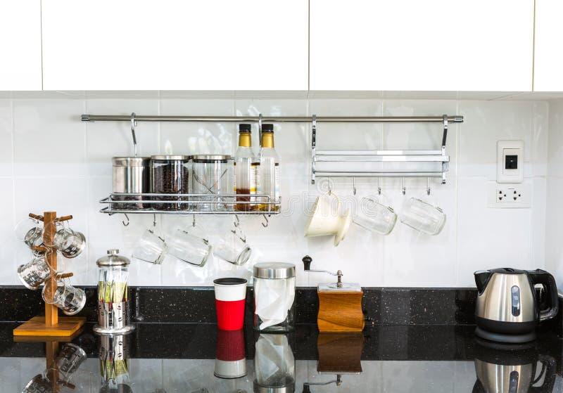 Keukenkasten met koffiehoek in moderne huiswoonkamer stock foto