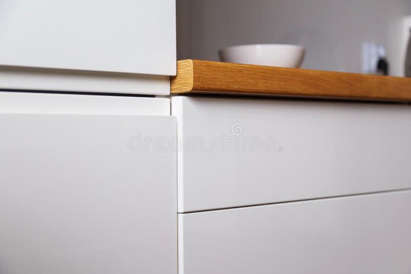 Keukenkasten zonder handvatten met duwsysteem royalty-vrije stock fotografie