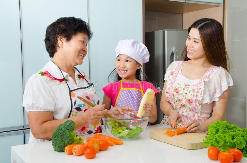 Keukenlevensstijl van Aziatische familie stock afbeeldingen