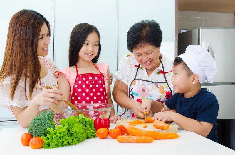 Keukenlevensstijl van Aziatische familie royalty-vrije stock foto's