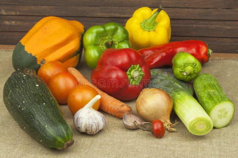 Keukenlijst, klaar voor het koken van plantaardige schotels Gezond dieetvoedsel royalty-vrije stock afbeeldingen