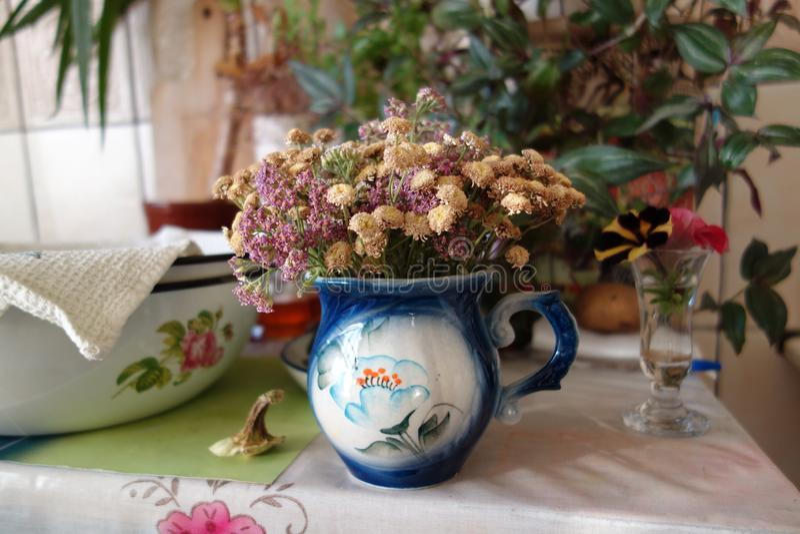 Keukenlijst met een droog bloemenboeket royalty-vrije stock afbeelding