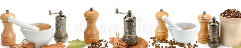 Keukenmateriaal om die kruiden te malen op een witte backgr worden geïsoleerd royalty-vrije stock foto