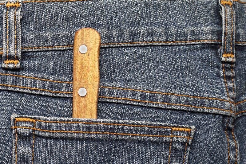 Keukenmes in de zak van jeans royalty-vrije stock afbeeldingen