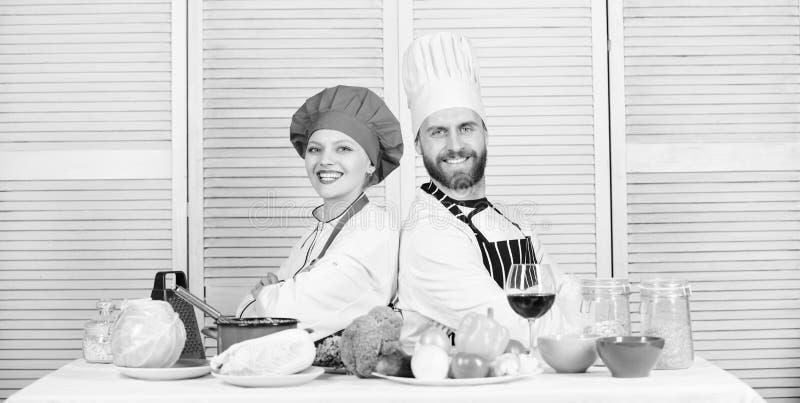 Keukenregels man en vrouwenchef-kok in restaurant Het op dieet zijn en vitamine culinaire keuken vegetari?r Eenvormige kok Famili royalty-vrije stock foto
