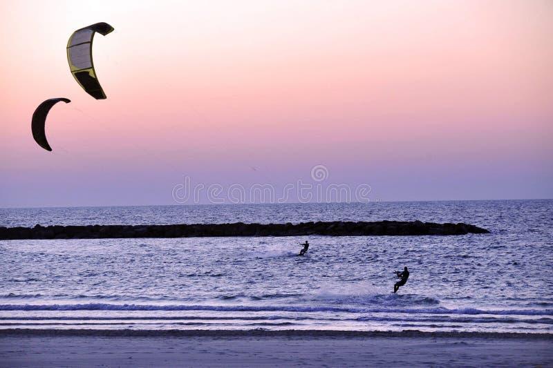 Keukenvaarzen surfen op zonsondergang boven de Middellandse Zee in Tel Aviv Israel royalty-vrije stock foto