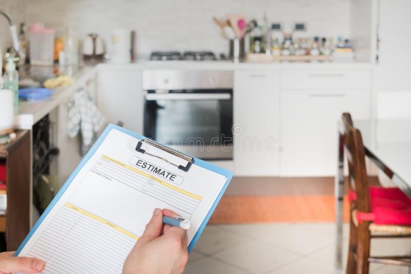 Keukenvernieuwing van de kosten van de binnenlandse toestellenraming stock afbeelding