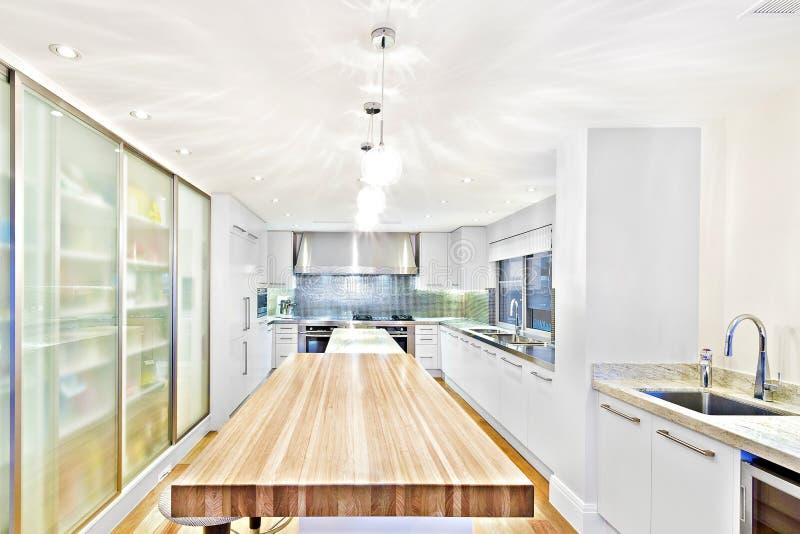 Keukenzaal met gootsteen en kooktoestellen stock fotografie