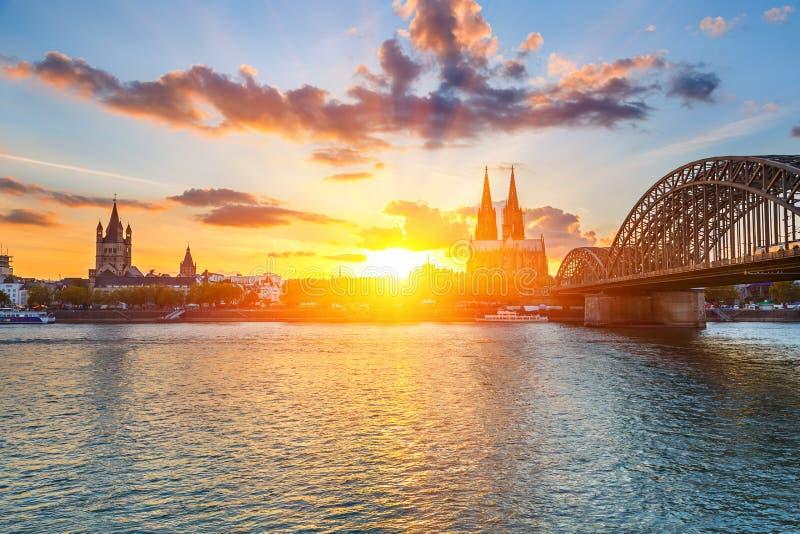 Keulen bij zonsondergang stock afbeeldingen