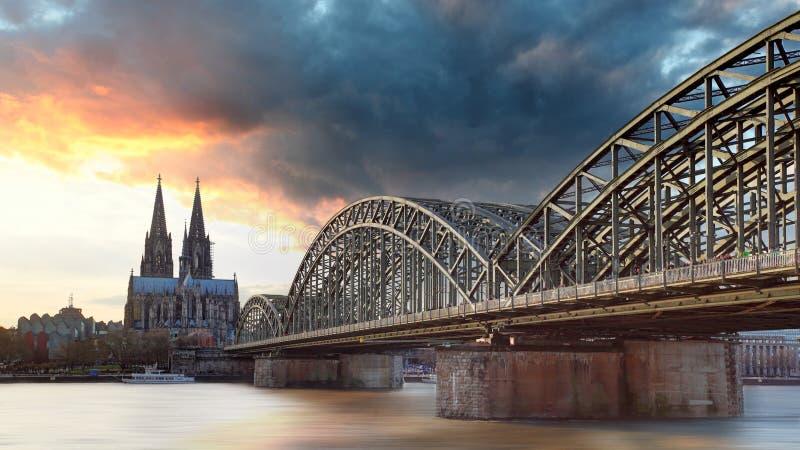 Keulen bij zonsondergang, Duitsland royalty-vrije stock fotografie