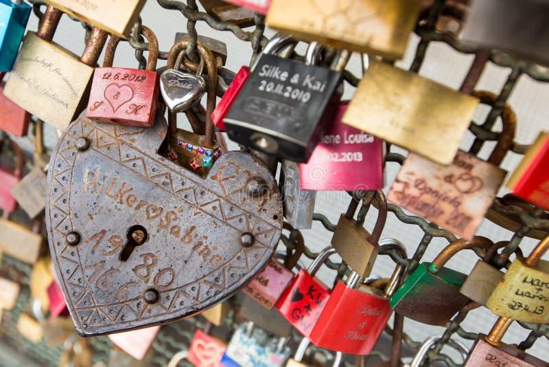 KEULEN, DUITSLAND - AUGUSTUS 26, 2014, Duizenden liefdesloten die de liefjes aan de Hohenzollern-Brug sluiten om hun l te symboli stock afbeeldingen