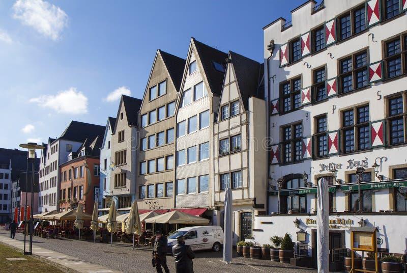 Keulen, Duitsland, Huizen op de Rijn-promenade stock afbeelding