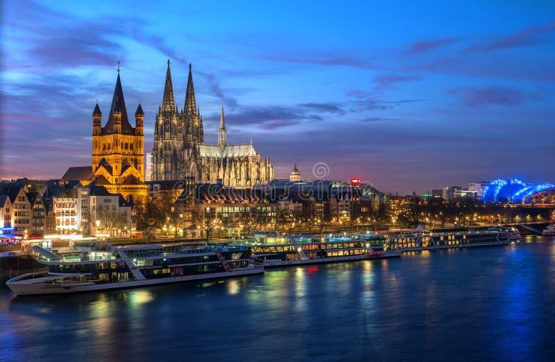 Keulen, Duitsland - Januari 22, 2017: Meningskerk van Brutost Martin , de Kathedraal en de Rijn-promenade stock foto