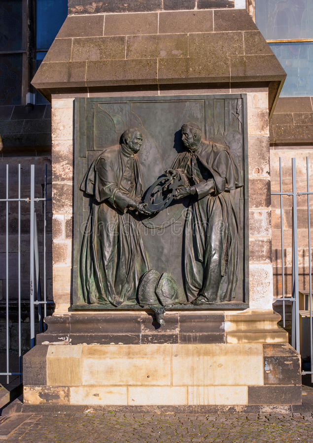 Keulen, Duitsland - Januari 19, 2017: Plastisch monument naast de kathedraal royalty-vrije stock fotografie