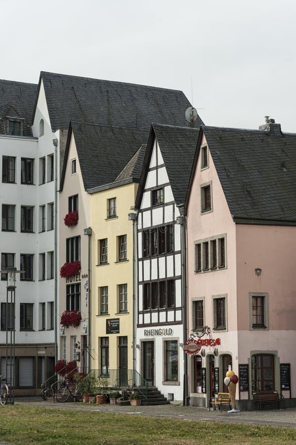 KEULEN, DUITSLAND - SEPTEMBER 11, 2016: Kleurrijke huizen in Beierse stijl in de oude stad van Keulen, Noordrijn-Westfalen royalty-vrije stock foto
