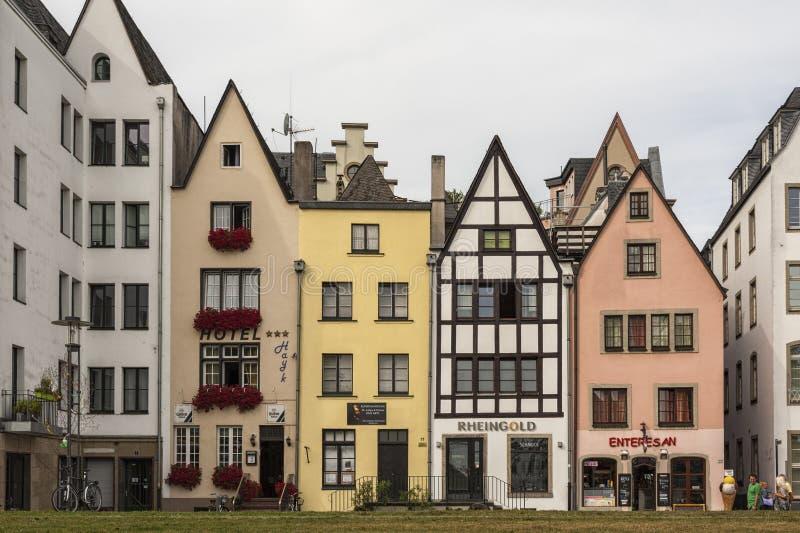 KEULEN, DUITSLAND - SEPTEMBER 11, 2016: Kleurrijke huizen in Beierse stijl in de oude stad van Keulen, Noordrijn-Westfalen stock foto's