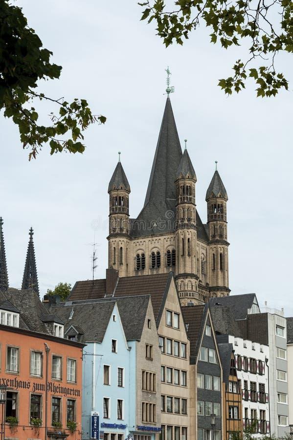 KEULEN, DUITSLAND - SEPTEMBER 11, 2016: Kleurrijke huizen in Beierse stijl en de Romaanse Katholieke kerk ` Brutosankt Martin ` royalty-vrije stock afbeeldingen