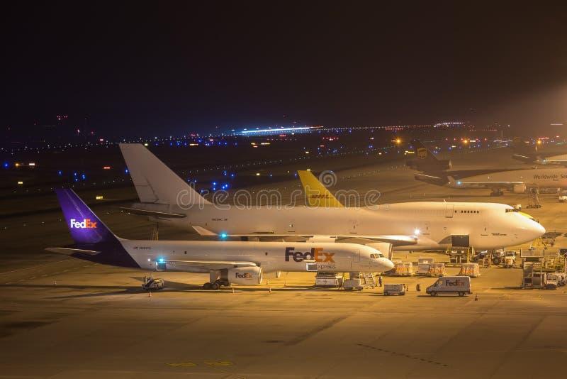 Keulen, Noordrijn-Westfalen/Duitsland - 26 11 18: fedex aiplane bij luchthaven Keulen Bonn Duitsland bij nacht stock foto