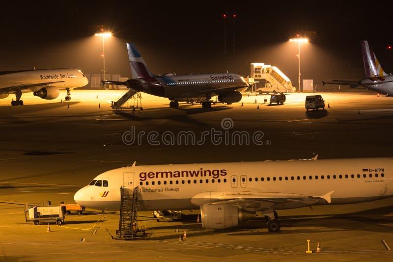 Keulen, Noordrijn-Westfalen/Duitsland - 26 11 18: germanwingsvliegtuig bij luchthaven Keulen Bonn Duitsland bij nacht royalty-vrije stock foto's