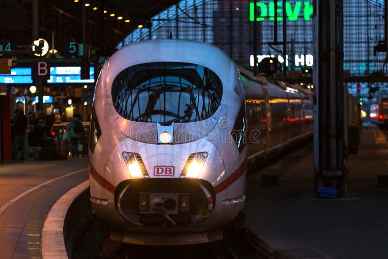 Keulen, Noordrijn-Westfalen/Duitsland - 02 12 18: Ijs-trein in Keulen Duitsland royalty-vrije stock fotografie