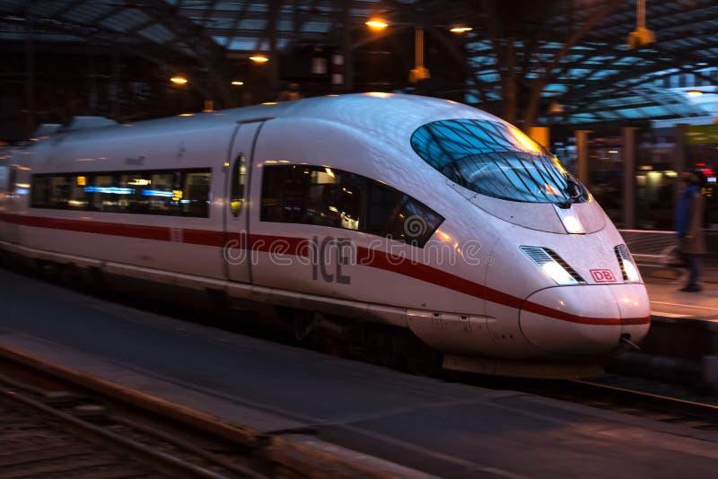Keulen, Noordrijn-Westfalen/Duitsland - 02 12 18: Ijs-trein in Keulen Duitsland stock afbeelding