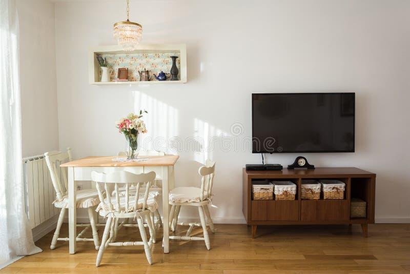 Keurig verfraaide woonkamer Eettafel en sommige stoelen royalty-vrije stock fotografie