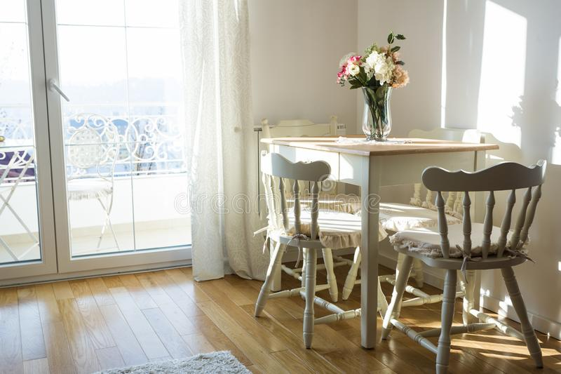 Keurig verfraaide woonkamer Eettafel en sommige stoelen royalty-vrije stock foto's
