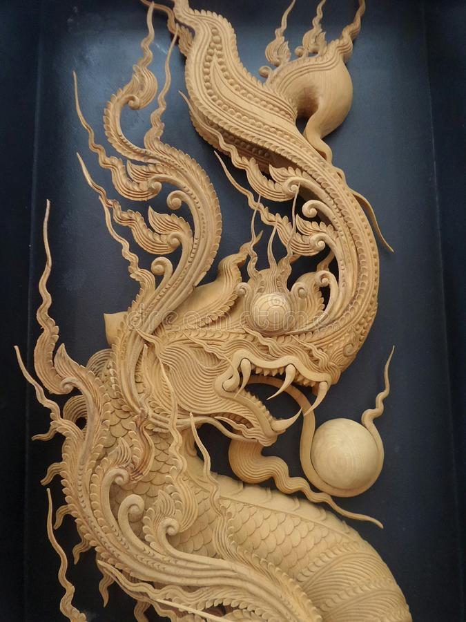 Keurige Gedetailleerde koning van Naga-houtsnijwerk op zwarte achtergrond royalty-vrije stock afbeelding