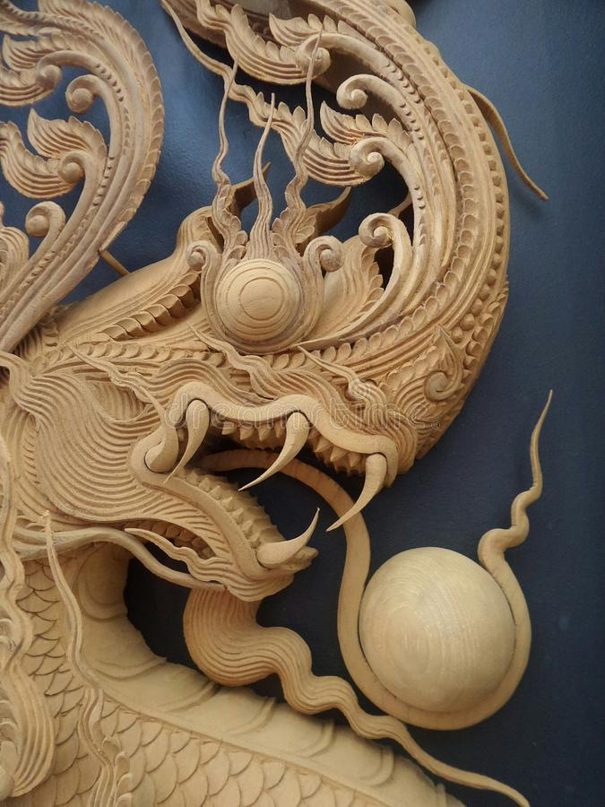 Keurige Gedetailleerde koning van Naga-houtsnijwerk op zwarte achtergrond stock fotografie